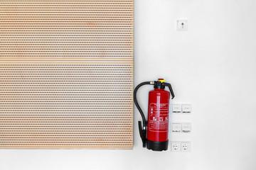 Feuerlöscher hängend an der Wand im Büro