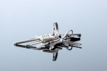 Schlüsselbund liegen auf Glasscheibe