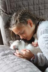 complicité entre une jeune fille et un chat