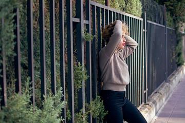 chica joven en una valla