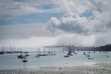 Bateaux de plaisance sous un ciel bleu et nuageux