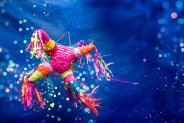 piñata navideña, piñata de cumpleaños, colorida, fondo azul con luces brillantes, celebracion, fiesta, niños, dulces, alegria, celebrando