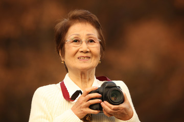 写真を撮るシニア女性