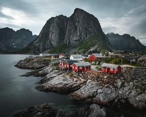 Rote Fischerhütten am Meer