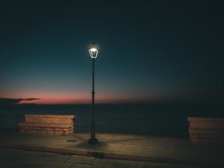 Einzelne Laterne am Meer