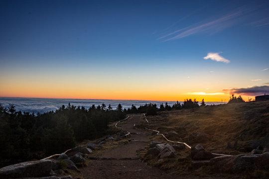 Weg am Brocken bei Sonnenaufgang