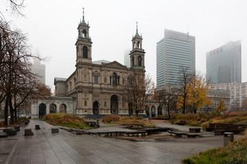 Fototapeta Kościół w centrum Warszawy, jesień, mgła