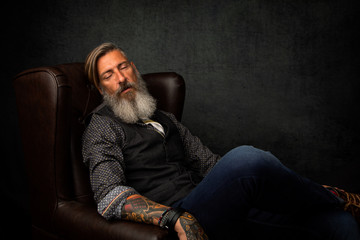 Porträt eines schlafenden Geschäftsmannes im Sessel
