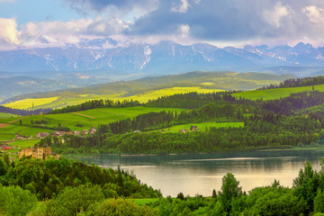 Pieniny-widok na Tatry oraz zamek w Czorsztynie