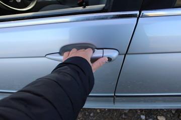 ouvrir une porte de voiture