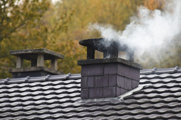 cheminee feu fumee pollution chauffage hiver froid environnement maison construction CO carbone