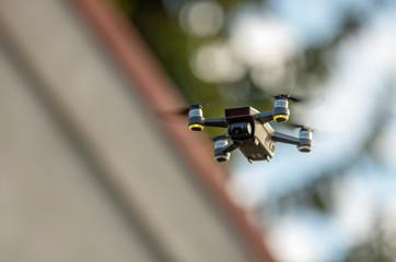 Dron podczas lotu, głębia ostrości, dom w tle.