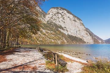 Königssee in Bayern. Strand auf der Halbinsel Hirschau, dahinter Ausläufer des Kleinen Watzmann, Archenwand. Nationalpark Berchtesgaden