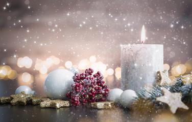 Advent mit winterlichem Gesteck und Kerze