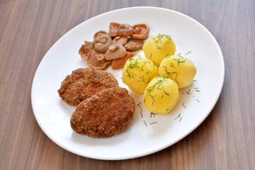 kotlety mielone z ziemniakami i grzybami marynowanymi