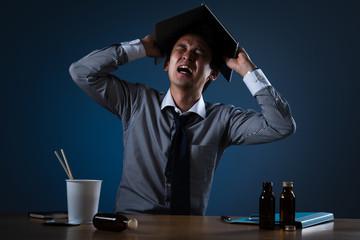 残業をするビジネスマンイメージ、叫ぶ