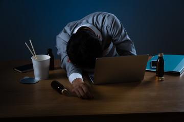 残業をするビジネスマンイメージ、寝る