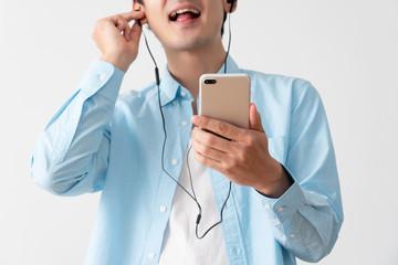 スマートフォンで音楽を聴く男性