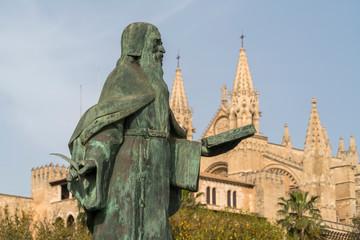 Statue Ramon Llull und die Kathedrale La Seu, Palma de Mallorca, Mallorca, Balearen, Spanien  | Ramon Llull statue and cathedral La Seu, Palma de Mallorca, Majorca, Balearic Islands, Spain,