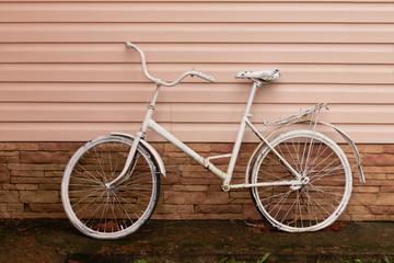 Foto op Plexiglas Fiets Old rusty vintage bicycle near the wall