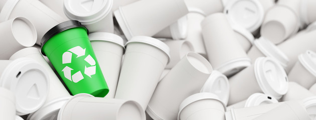 Recycling Konzept mit Abfall Kaffeebechern und Logo