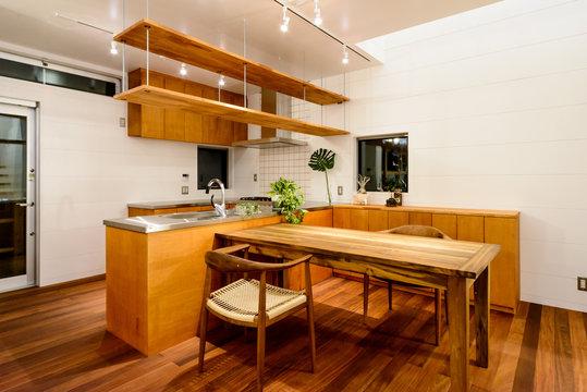 ダイニングスペースとキッチンカウンター