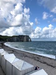 Casette al mare e arco della scogliera di Étretat, Normandia, Francia