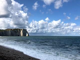 Paesaggio impressionista: scogliera di Étretat con nuvole, Normandia, Francia