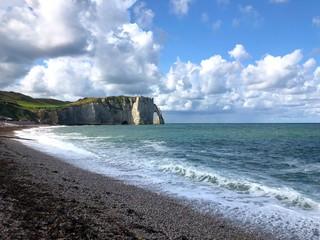 Incredibile vista della scogliera di Étretat con spiaggia, Normandia, Francia