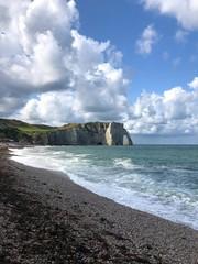 Vista dell'arco con spiaggio della scogliera di Étretat, Normandia, Francia