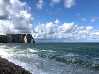 Scogliera e spiaggia nel blu, Étretat, Normandia, Francia
