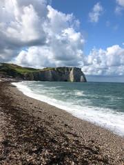 Vista della spiaggia e della famosa scogliera di Étretat, Normandia, Francia