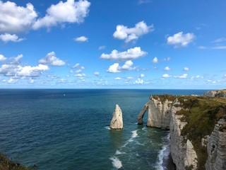 Panorama mozzafiato della scogliera di Étretat, Normandia, Francia