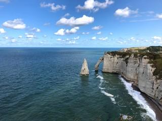 Bellissima vista panoramica della famosa scogliera di Étretat, Normandia, Francia