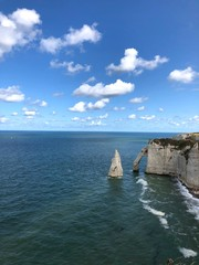 Arco della scogliera di Étretat e mare blu, Normandia, Francia