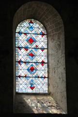 Overheersend blauw glas in lood raam in de abdij van Notre-Dame, stad Beaugency, departement Loiret, Loire-vallei, Frankrijk