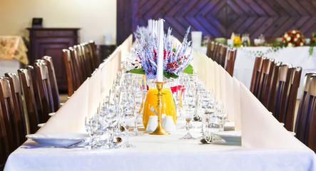 Obraz Pięknie udekorowany stół na uroczystość rodzinną z ciastem i ciastkami - fototapety do salonu