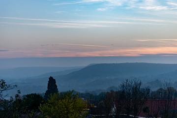 Atmosphère bleutée du soir sur un paysage de campagne en Lorraine en Automne