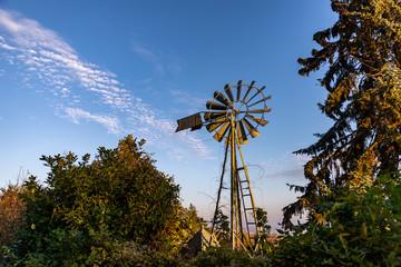 Moulin à vent rétro sur fond de ciel bleu