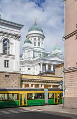 Strassenbahn und Dom von Helsinki