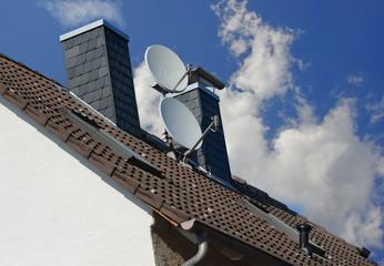 Satelliten-Antenne auf einem Ziegeldach