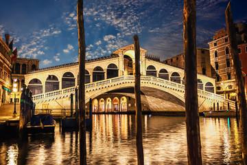 Obraz The Rialto bridge, night view from the wharf of gondolas - fototapety do salonu