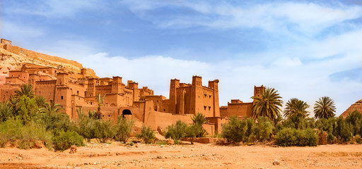 La pose en embrasure Con. ancienne Kasbah Ait Ben Haddou near Ouarzazate Morocco. UNESCO World Heritage Site