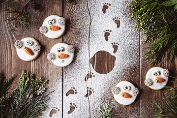 Zuckersüße Weihnachtsgrüße - Wer hat Frosty den Keks geklaut - Weihnachtsplätzchen in Schneemannform und Fußspuren im Schnee