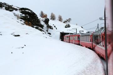 Spektakuläre Bahnfahrt in der Schweiz, Graubünden: Einfahrt in den Tunnel