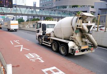 都市部のコンクリートミキサー車