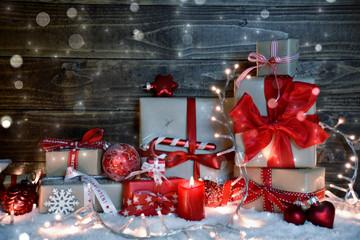 Weihnachtsgeschenke - kleine Päckchen liebevoll verpackt