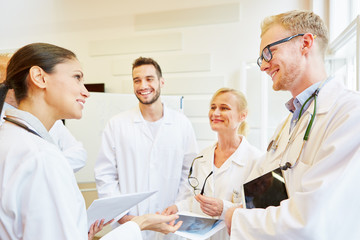 Ärzteteam bespricht Zusammenarbeit