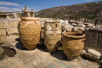 Ogromne starożytne gliniane wazy i kamfory. Stare naczynia, kamfory i dzbany. Przechowywanie wina i żywności. Pałac w Knossos, Grecja.