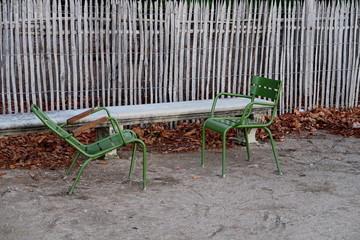Banc de pierre et chaises de pierre dans un jardin